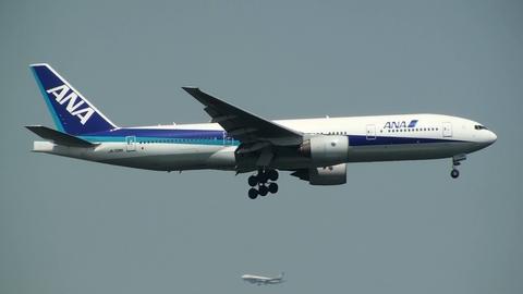 JA706A@東京国際空港(京浜島より)。同機の下にも全日空機が…767かな?