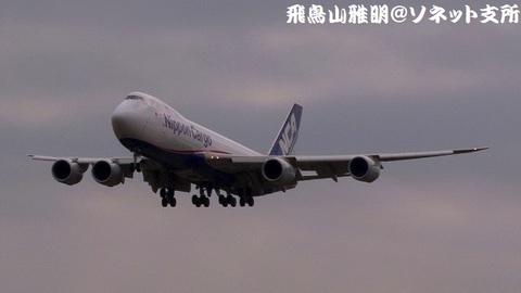 日本貨物航空 JA13KZ@成田国際空港(RWY34Lエンドより)。RWY34Lへのファイナルアプローチ。
