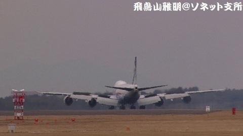 着陸滑走中のJA13KZ。