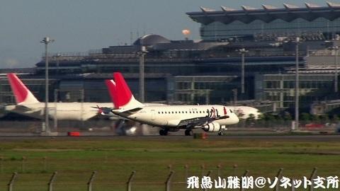 着陸滑走中のJA217J。国際線旅客ターミナルをバックに…。