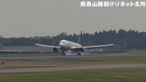 全日本空輸 JA614A@成田国際空港(Bラン展望台より)。タッチダウンの瞬間…。
