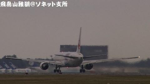離陸滑走中のJA615J。