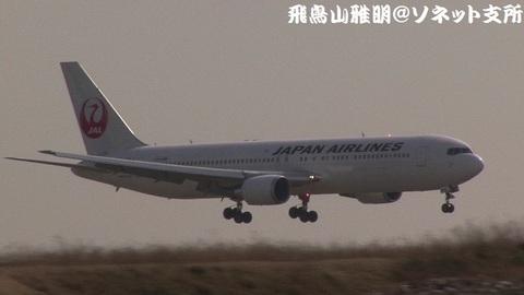 着陸態勢のJA655J。