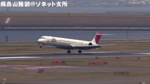 日本航空 JA8066@東京国際空港(第2旅客ターミナル展望デッキより)。タッチダウン寸前のキャプチャ。