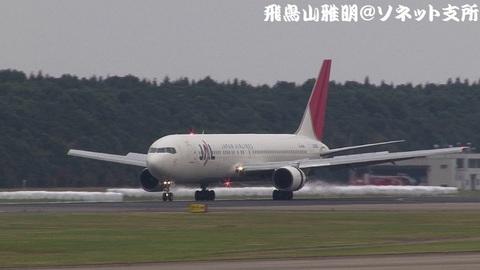 日本航空 JA8266@成田国際空港。Bラン展望台より。