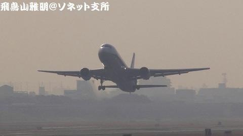 全日本空輸 JA8322@大阪国際空港(RWY14Rエンド・猪名川土手より)。RWY32Lからの離陸シーン。