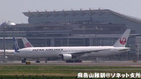 タキシング中のJA8942。国際線旅客ターミナルをバックに…。