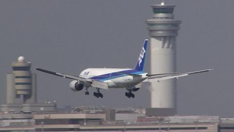 JA8969@東京国際空港。新旧管制塔と一緒に…。